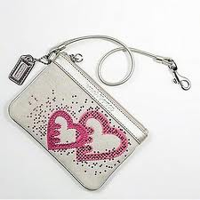 กระเป๋า COACH POPPY SEQUIN HEART WHITE WRISTLET 44856