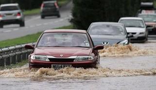 วิธีขับรถตอนน้ำท่วม