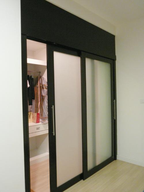 ประตูกั้นห้องบานสไลด์กั้นภายในเป็นห้องแต่งตัวมีราวและชั้นแขวนผ้า โครงไม้จริงงานBuilt in ย้อมสีโอ๊ค
